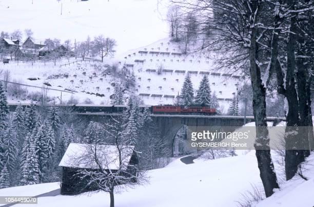 Avril-Mai 1985 --- L'Orient-Express entre Londres et Venise, un voyage à bord du plus romantique des trains. Le train traversant un paysage enneigé.