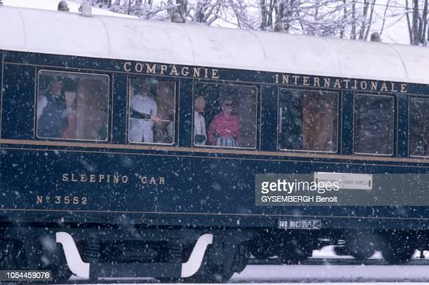AvrilMai 1985 L'OrientExpress entre Londres et Venise un voyage à bord du plus romantique des trains Vue extérieure d'un wagon dont les passagers...