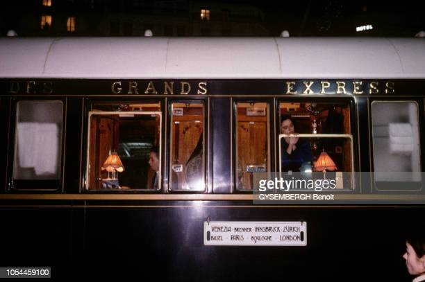 Avril-Mai 1985 --- L'Orient-Express entre Londres et Venise, un voyage à bord du plus romantique des trains. Un wagon vu de l'extérieur, de nuit.
