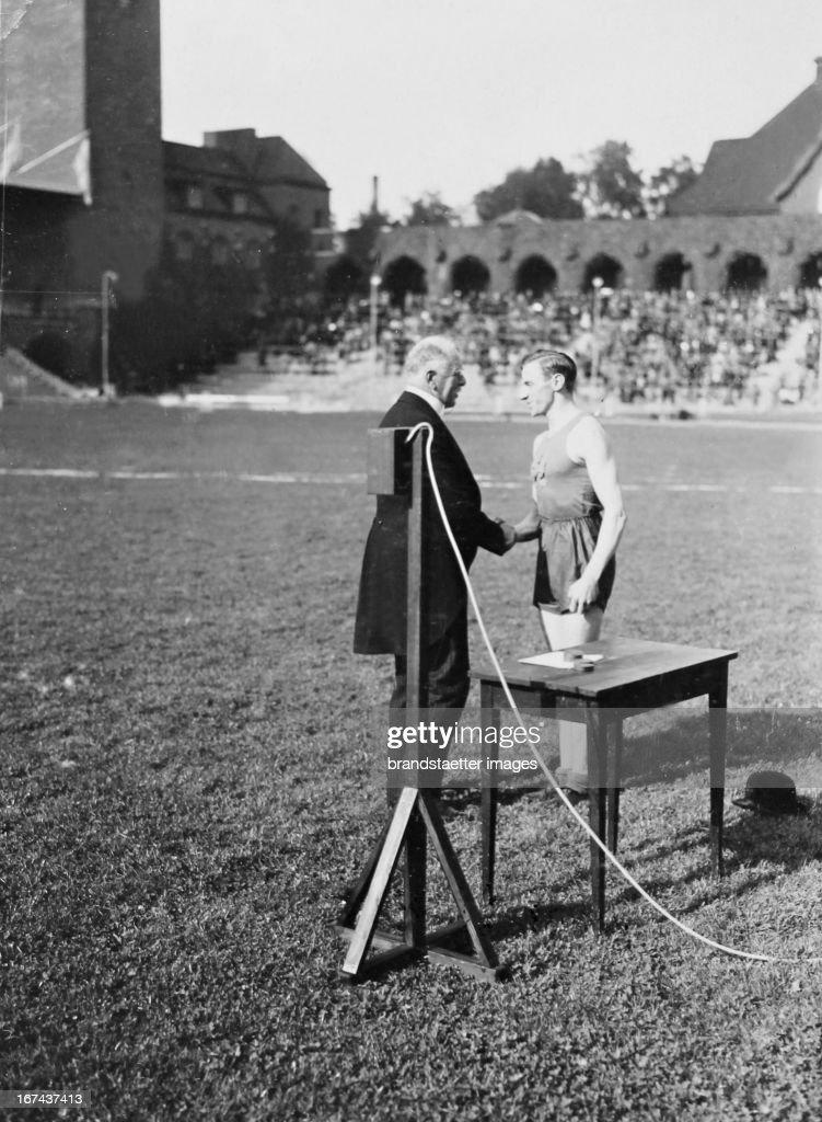 Award ceremony for the Swedish athletes Bylén at the Swedish Championships. About 1930.Photograph. (Photo by Imagno/Getty Images) Siegerehrung für den schwedischen Leichtathleten Bylén bei den schwedischen Meisterschaften. Um 1930. Photographie.