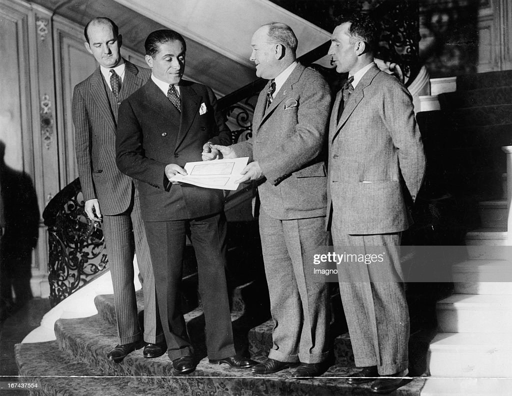 Award Ceremony of the Flyers. From left to right: Charles Murphy; Major Dieudonne Coste; William Easterwood and Maurice Bellon. Presentation of $ 25.000 check. About 1930. USA. Photograph. (Photo by Imagno/Getty Images) Verleihung des Flyer-Award. Von links nach rechts: Charles Murphy; Major Dieudonne Coste; William Easterwood and Maurice Bellon. Überreichung des 25.000 Dollar Schecks. Um 1930. USA. Photographie.