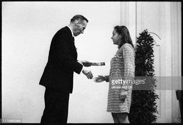 Award Ceremony Swiss Youth Researches 1969 Prof Portmann and laureate
