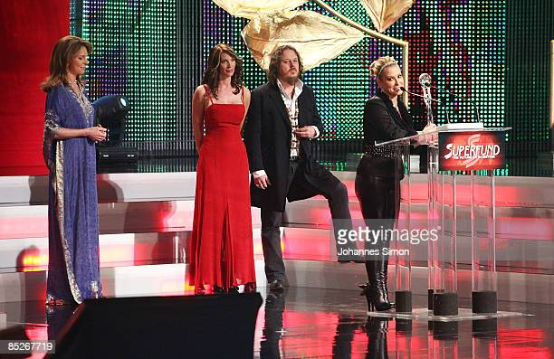 Award winner singer Anastacia delivers a speech watched by Queen Noor of Jordan Elisabeth Hellinger and singer Zuccero during the Women's World...