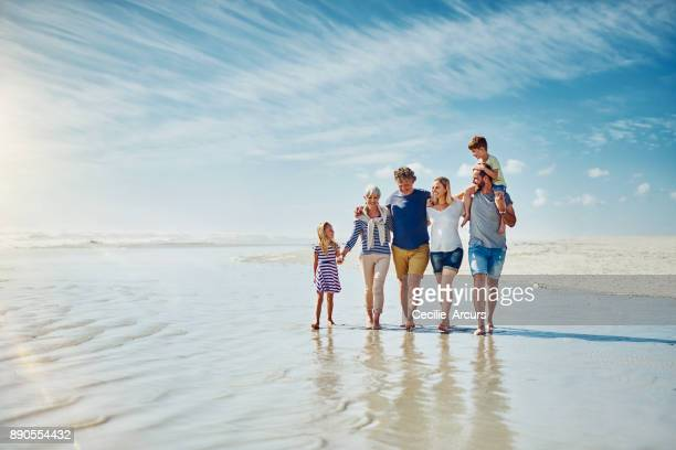 away from the crowds with the people who truly matter - praia imagens e fotografias de stock