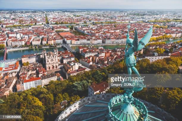 vue aérienne impressionnante sur lyon français paysage urbain vu depuis les toits de la basilique notre dame de fourviere avec statue de l'archange michael surplombant la ville - lyon photos et images de collection