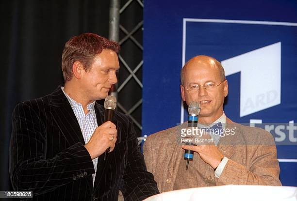 Axel Bulthaupt Dr Jürgen MeierBeer Pressekonferenz zur deutschen Vorentscheidung zum Grand Prix 2002 Hamburg Schmidts Tivoli Bühne Interview...