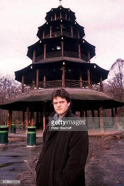 Axel Malzacher Bummel durch seine Heimatstadt am im Englischen Garten in M��nchen Deutschland