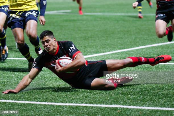 Axel Muller Aranda of Oyonnax scores his try during the Top 14 match between Oyonnax and Clermont Auvergne on November 25 2017 in Oyonnax France