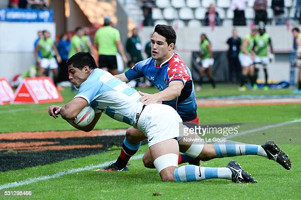 Axel Muller of Argentina scores a try during the match between Argentina and USA during the HSBC PARIS SEVENS tournament at Stade Jean Bouin on May...