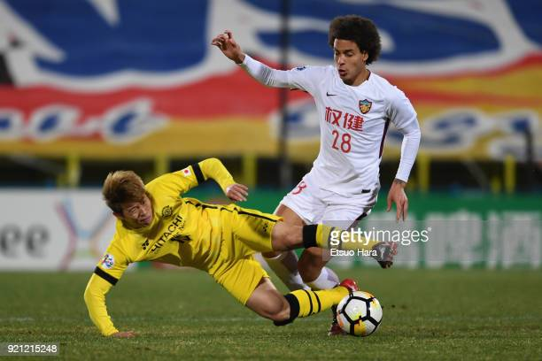 Axel Witsel of Tianjin Quanjian and Kim Bo-kyung of Kashiwa Reysol compete for the ball during the AFC Champions League match between Kashiwa Reysol...