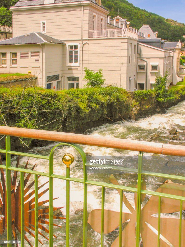 アクス・レ・テルムは、フランス南西部のオクシタニー地方にあるアリエージュ県のコミューンです。春の晴れた日の温泉街。写真には目に見える人はいません。 : ストックフォト