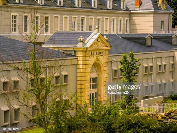 アクス・レ・テルムは、フランス南西部のオクシタニー地方にあるアリエージュ県のコミューンです。春の晴れた日の温泉街。写真には目に見える人はいません。 - アクスレテルム ストックフォトと画像