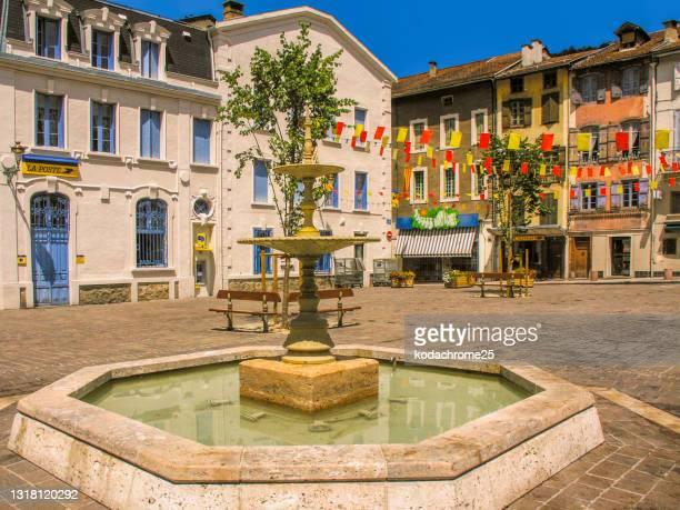 アクス・レ・テルムは、フランス南西部のオクシタニー地方にあるアリエージュ県のコミューンです。春の晴れた日の温泉街。写真には目に見える人はいません。 - アリエージュ ストックフォトと画像