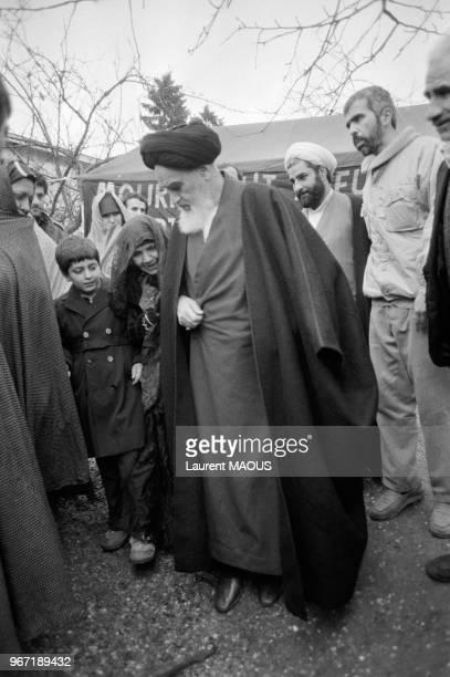 L'Ayatollah Khomeini entouré de fidèles le 31 décembre 1978 à NeauphleleChâteau France