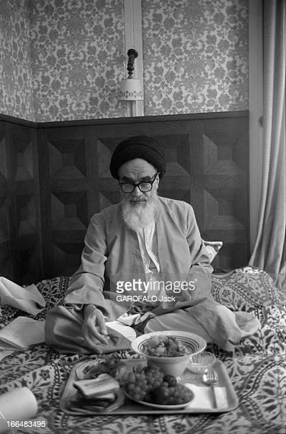 Ayatollah Khomeini In Exile In France Neauphle le château 13 octobre 1978 L'ayatollah Ruollah KHOMEINY réfugié installé sur son matelas portant une...