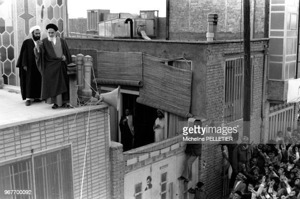 L'ayatollah Khomeini prononce un discours du haut d'un toit le 21 mars 1979 à Téhéran lran