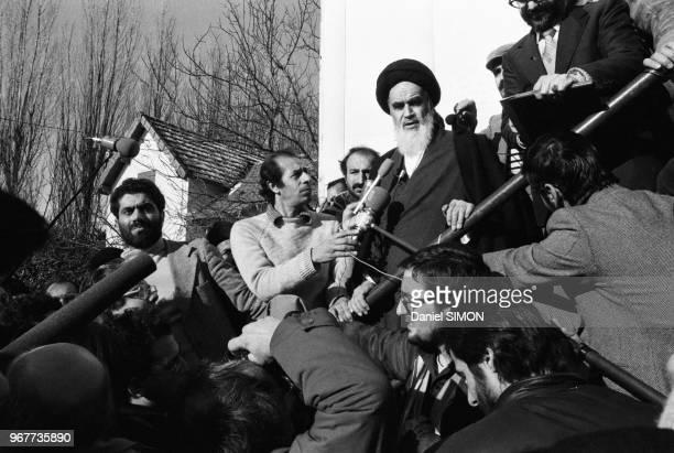 L'Ayatollah Rouhollah Khomeini donne une conférence de presse suite au départ du Shah d'Iran pour des vacances en Egypte et aux USA NeauphleleChâteau...