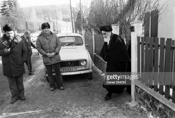 L'Ayatollah Rouhollah Khomeini sort de chez lui pour donner une conférence de presse suite au départ du Shah d'Iran pour des vacances en Egypte et...