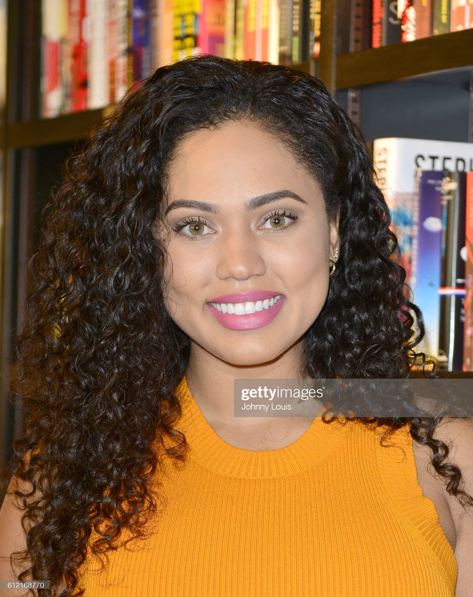 Hazel eyes - Personas famosas con los ojos de color AVELLANA Ayesha-curry-signs-her-first-cookbook-the-seasoned-life-food-family-picture-id612168770?s=2048x2048