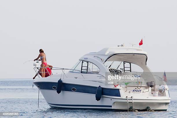aygun chamado motor de barco a akyarlar-bodrum - homem pegando mulher imagens e fotografias de stock