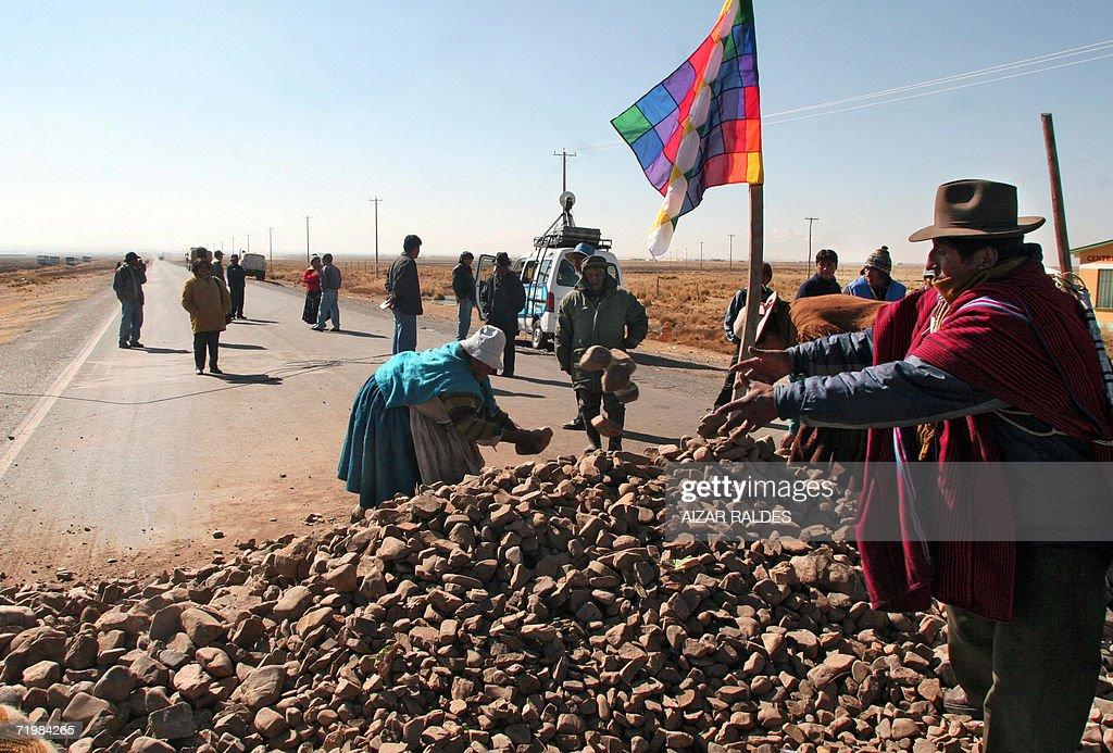 Aymaras bloquean con piedras la carreter : News Photo