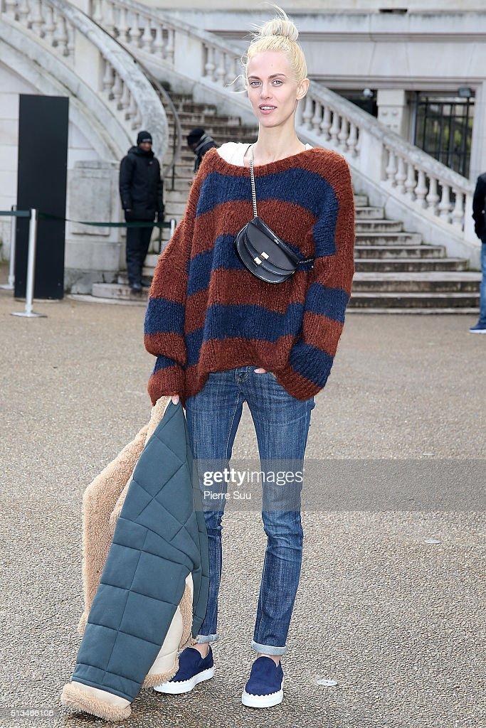 Chloe : Outside Arrivals - Paris Fashion Week Womenswear Fall/Winter 2016/2017 : News Photo