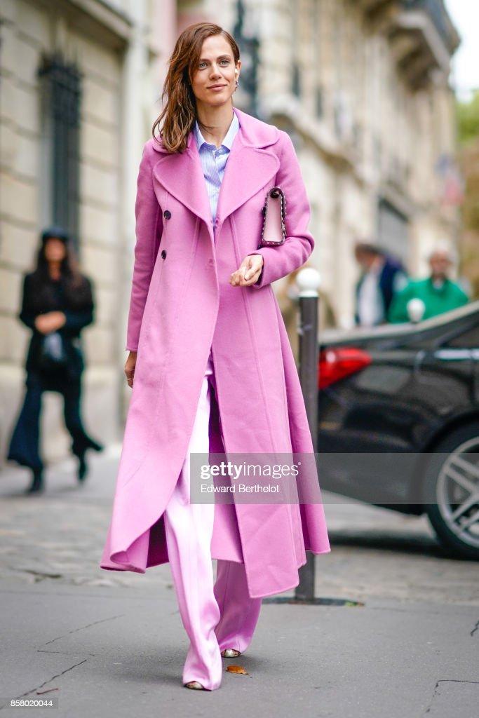Street Style : Paris Fashion Week Womenswear Spring/Summer 2018 : Day Six : Nachrichtenfoto