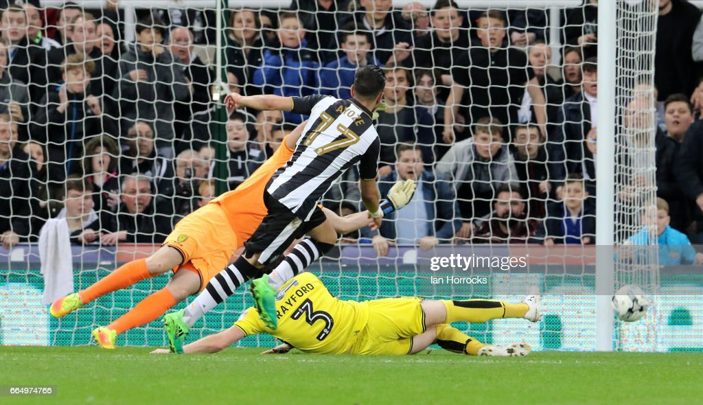 Ayoze Perez of Newcastle (#17) fires wide during the Sky Bet Championship match between Newcastle United and Burton Albion at St James' Park on April 5, 2017 in Newcastle upon Tyne, England.