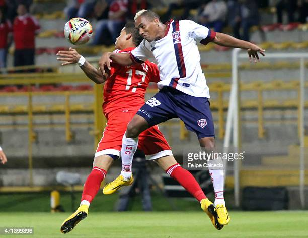 Ayron del Valle of America de Cali struggles for the ball with Carlos Peralta of Union Magdalena during a match between America de Cali and Union...