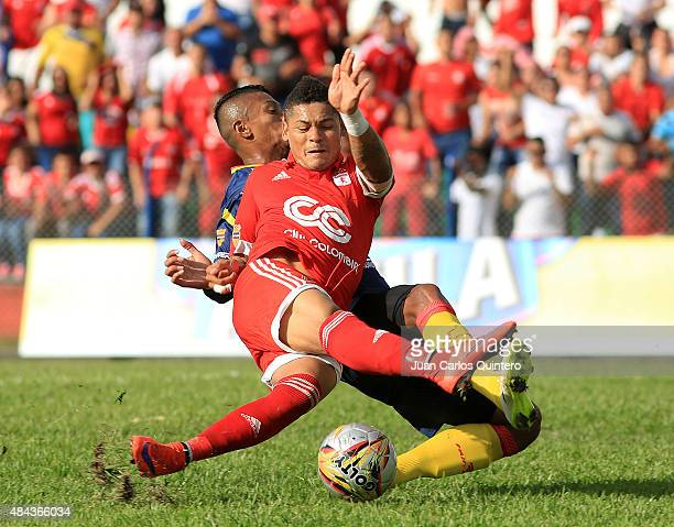 Ayron del Valle of América and Bryan Flores of Deportivo Pereira struggles for the ball during a match between America de Cali and Deportivo Pereira...