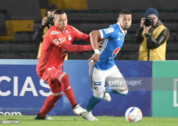 Ayron del Valle of Millonarios fights for the ball with Anderson Zapata of America de Cali during the second leg match between Millonarios and...