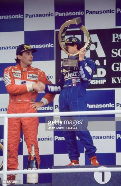 Ayrton Senna et Alain Prost sur le podium à l'issue du Grand Prix automobile d'Afrique du Sud sur le circuit de Kyalami le 14 mars 1993