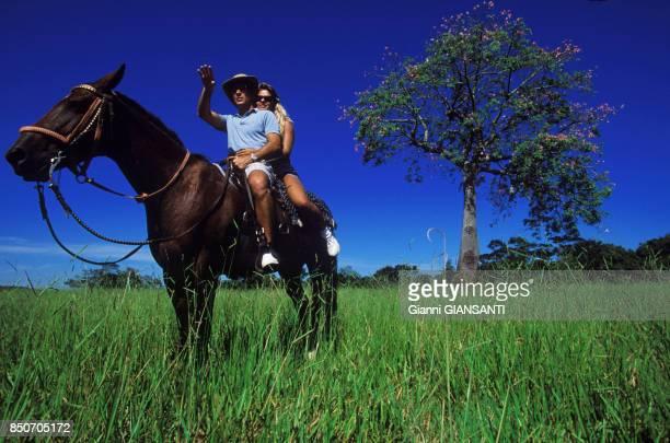 Ayrton Senna et sa compagne Adriane Galisteu à cheval à Tatui au Brésil le 15 février 1994
