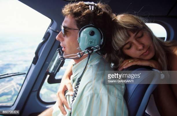 Ayrton Senna et sa compagne Adriane Galisteu dans l'avion privé du pilote de Formule 1 à Tatui au Brésil le 15 février 1994
