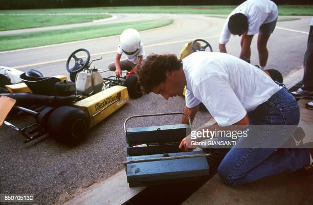 Ayrton Senna fait du prépare son kart à Sao Paolo le 15 février 1994 Brésil