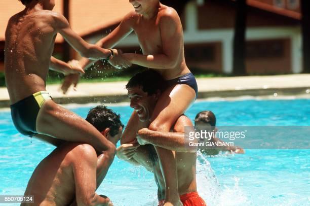 Ayrton Senna joue avec des amis dans une piscine près de Sao Paolo le 15 février 1994 Brésil