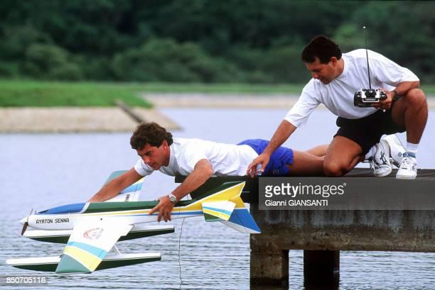 Ayrton Senna pose son hydravion en modèle réduit sur un lac près de Sao Paolo le 15 février 1994 Brésil