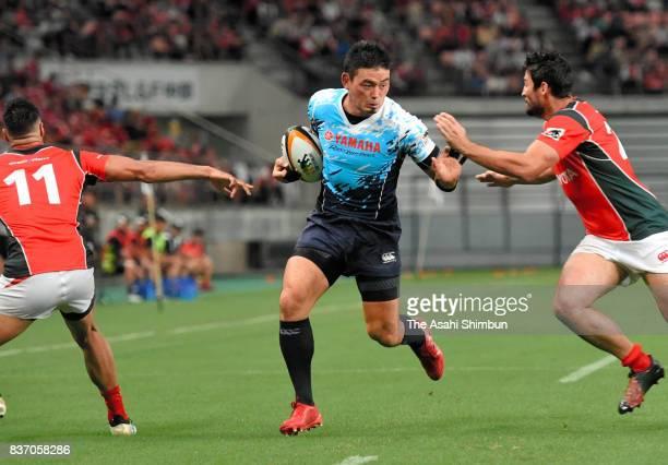 Ayumu Goromaru of Yamaha Jubilo runs with the ball during the Rugby Top League match between Toyota Verblitz and Yamaha Jubilo at Toyota Stadium on...