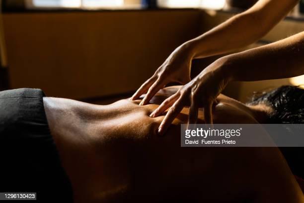 ayurvedic treathment - erotische massage stockfoto's en -beelden