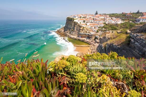 azenhas do mar, village by the sea near lisbon, portugal, europe - iacomino portugal foto e immagini stock