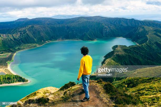 azores, sao miguel, rear view of man looking at the lagoa do fogo - las azores fotografías e imágenes de stock