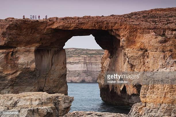 azure window arch on dwejra bay - dwejra stock-fotos und bilder