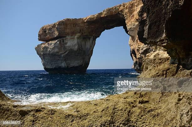 azure window, famous stone arch of gozo island in the sun in summer, malta - dwejra stock-fotos und bilder