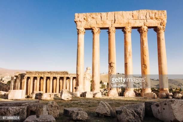 baalbek, temples of jupiter and bacchus - temple grec photos et images de collection