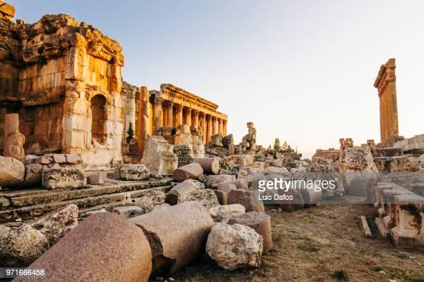 baalbek, temples of jupiter and bacchus - líbano fotografías e imágenes de stock