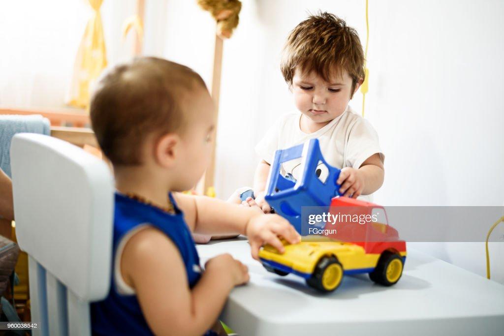 Babys Jungen Spielzeug zusammen spielen : Stock-Foto