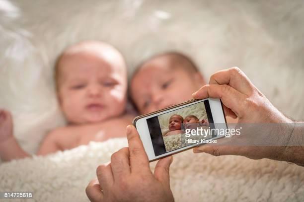 babies get their photo taken with a smart phone - sessão de foto - fotografias e filmes do acervo