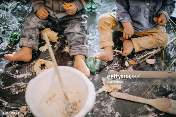 babies making cookies - sugar baby imagens e fotografias de stock