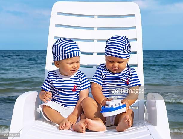 Babys spielen auf weiß lounge-Sessel