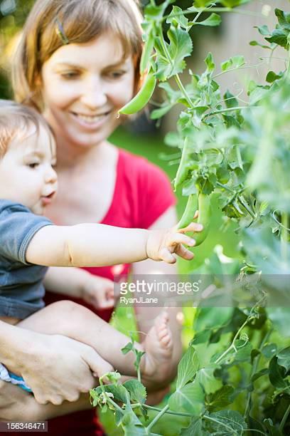 Baby und Mutter im Garten